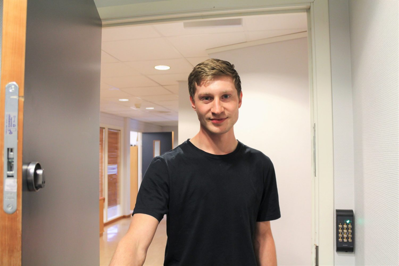 Eirik Haugholt (22) ble plutselig daglig leder på dagen. En rolle han nå stortrives med. Foto: Marthe Kvernvik